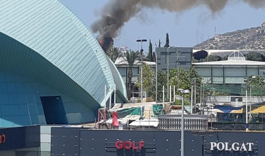 שריפת צמחייה סמוך ליציאה ממנהרות הכרמל ליד מרכז הקונגרסים (צילום: דוברות כבאות והצלה)
