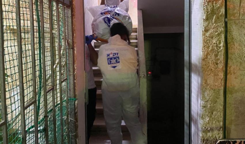 הוצאת הגופה מהדירה (צילום: אהרן ברוך לייבוביץ)