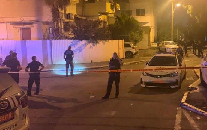 זירת הרצח ברחוב ברזילי הלילה (צילום: באדיבות דוברות המשטרה)