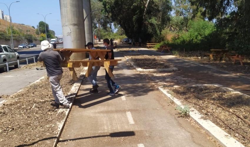 עובדי עירייה מסירים את הספסלים בנחל סעדיה (צילום: יהודה ברזני)