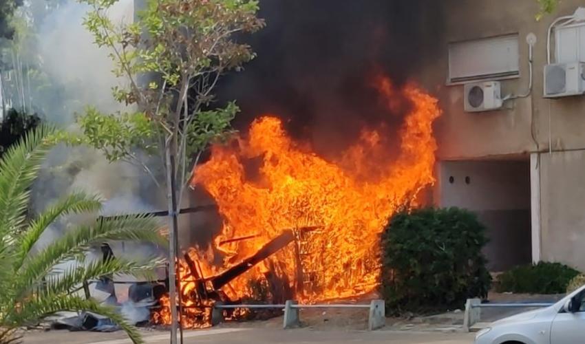 שריפה במבנה מגורים ברחוב בן צבי בקרית חיים (צילום: דוברות כבאות והצלה)