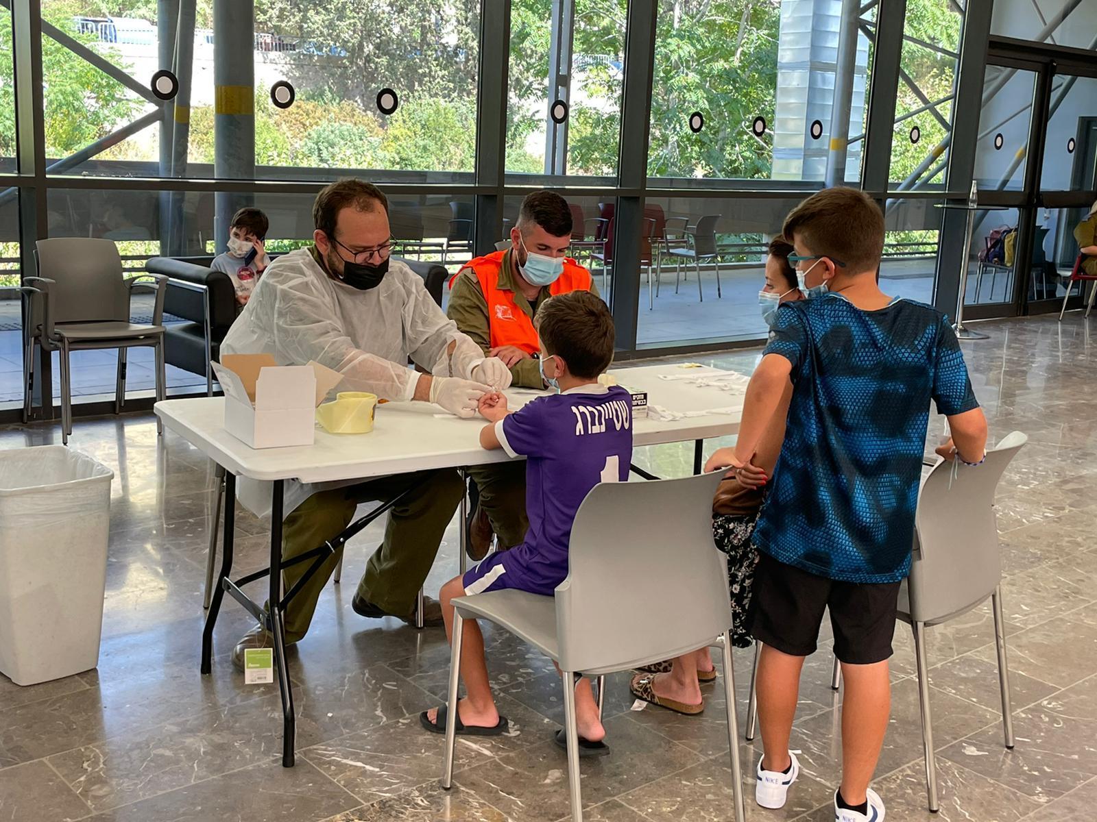 בדיקות סרולוגיות (צילום: ראובן כהן, דוברות עיריית חיפה)