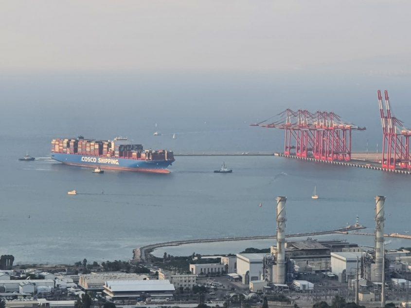 כניסת האונייה הראשונה לנמל המפרץ (צילום: יעקב שטרית)