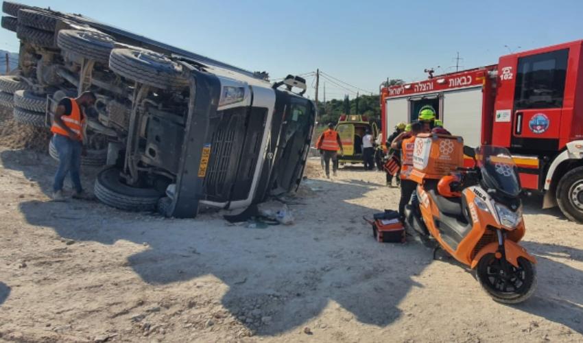 משאית התהפכה סמוך למחלף גשר פז. הנהג נפצע בינוני (צילום: דוברות איחוד הצלה)