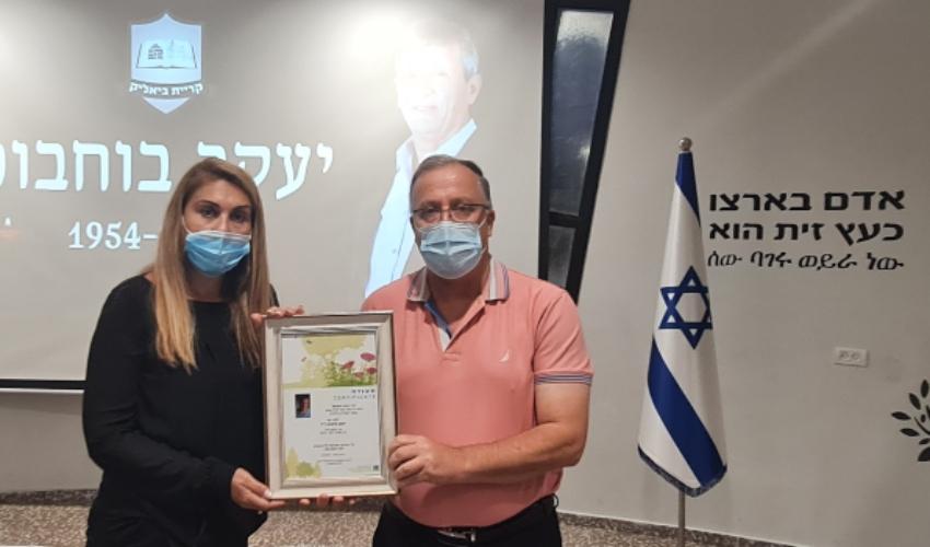 ראש העירייה אלי דוקורסקי והאלמנה סימה בוחבוט (צילום: דוברות עיריית קרית ביאליק)