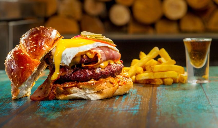 """המבורגר שחיתות של """"סמוקין"""" (צילום: עלאא זעאתרה)"""