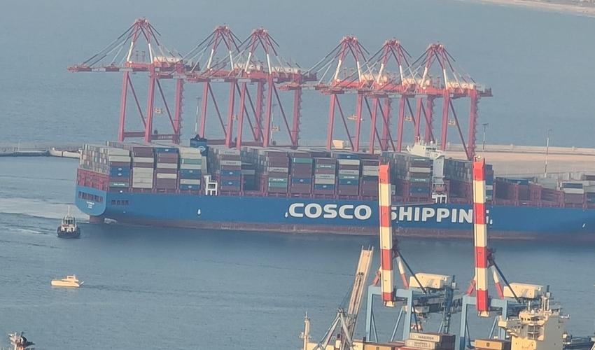 האונייה הראשונה עוגנת בנמל המפרץ (צילום: חיים גרשון)