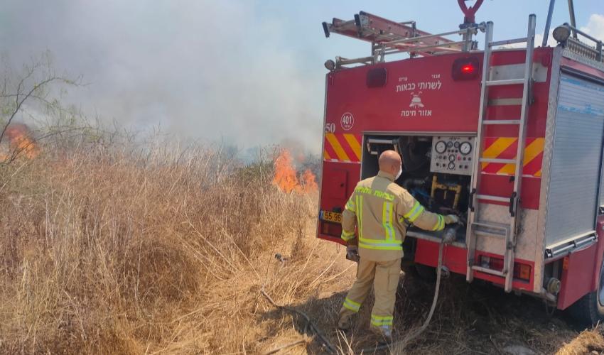 שריפת קוצים סמוך ללב המפרץ (צילום: דוברות כבאות והצלה - חוף)