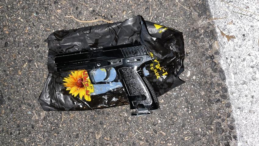 האקדח שנתפס ברכב (צילום: דוברות המשטרה)