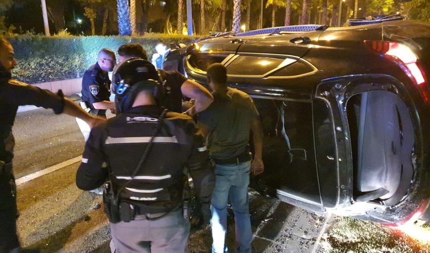 סוף המרדף. הרכב התהפך ליד תחנת זבולון (צילום: דוברות המשטרה)