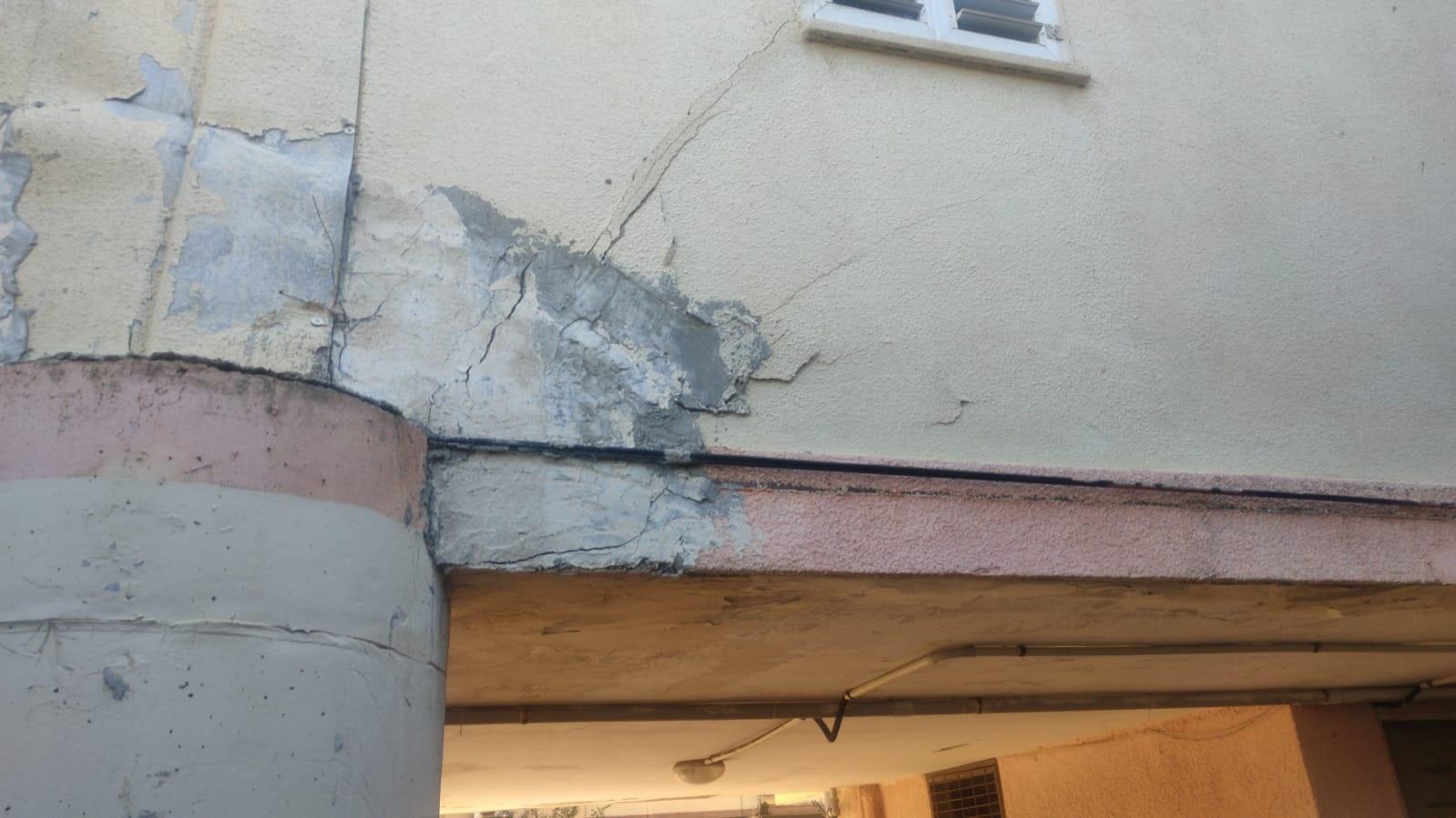 הסדקים שהתגלו בבניין ברחוב אחוה (צילום: דוברות כבאות והצלה לישראל מחוז חוף)