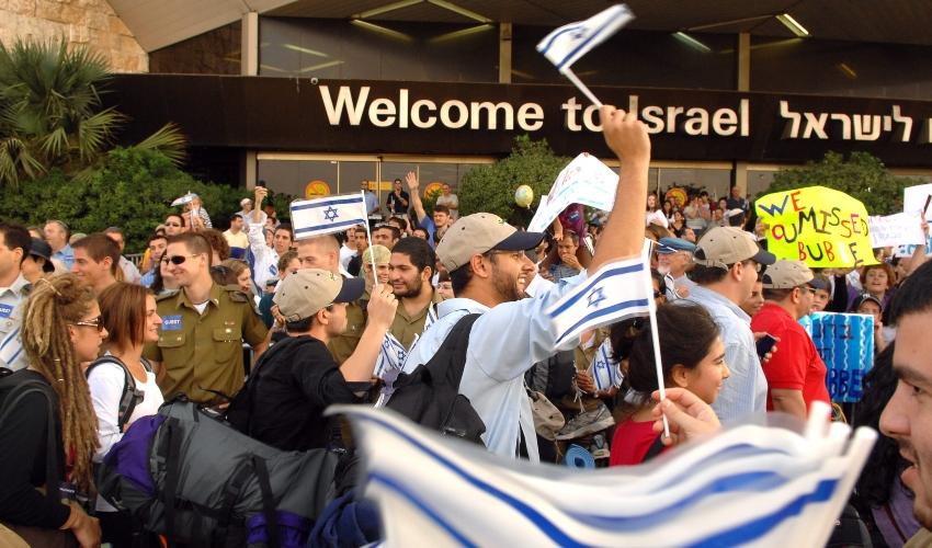 """עולים מגיעים לארץ (צילום: משה מילנר, ארכיון לע""""מ)"""