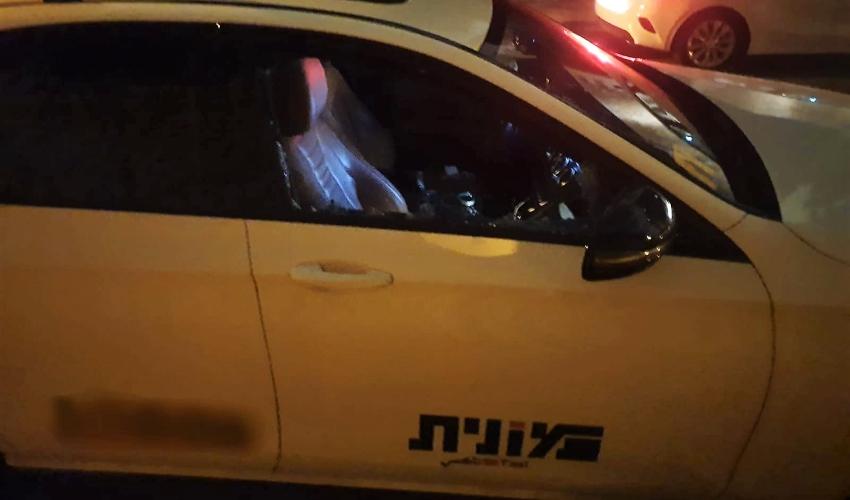 המונית שאליה פרצו החשודים (צילום: דוברות המשטרה)