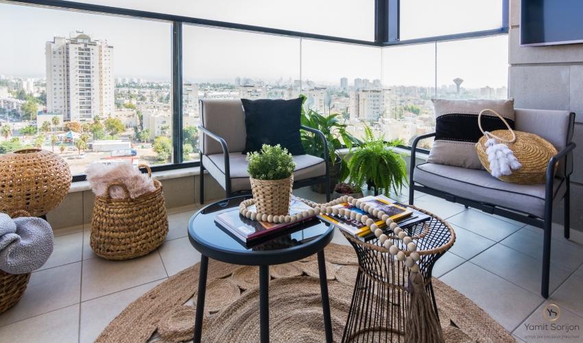 """שולחן קטן ונמוך עם פינת ישיבה בגובה ספת סלון (מעצבת: ימית סוריגון, בוגרת ביה""""ס לעיצוב ברברה ברזין; צילום: רותם פריפר)"""