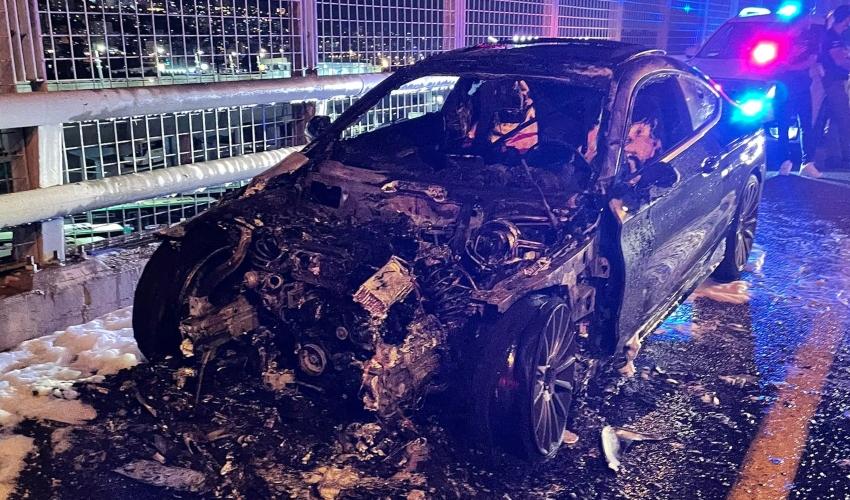 רכב החל לבעור במהלך נסיעה על הגשר במחלף קריות (צילום: דוברות כבאות והצלה - חוף)