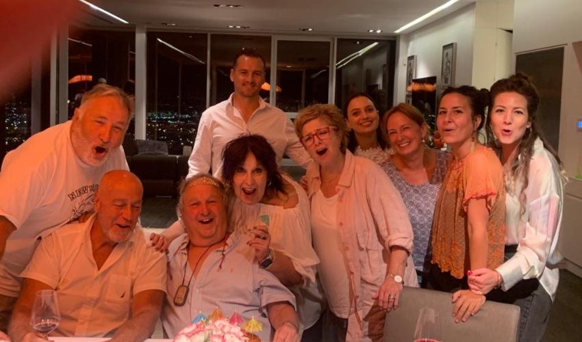 """משה אלון ז""""ל (עומד משמאל) בראש השנה האחרון עם המשפחה"""