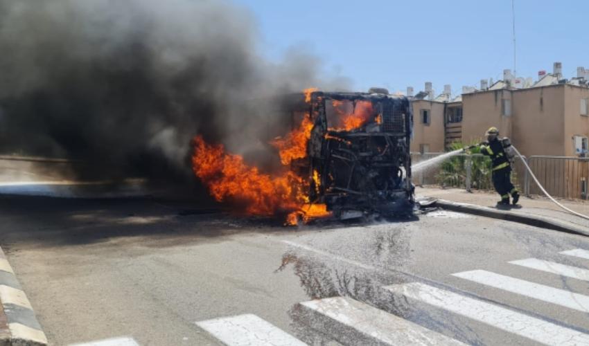 אוטובוס בוער בדרך יד לבנים (צילום: דוברות כבאות והצלה - חוף)