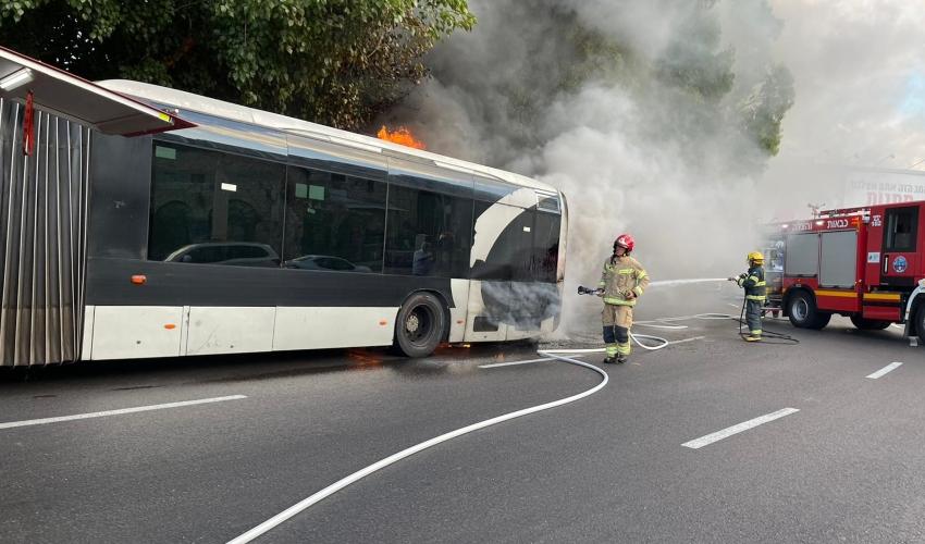 מטרונית עולה באש ברחוב העצמאות (צילום: דוברות כבאות והצלה - חוף)