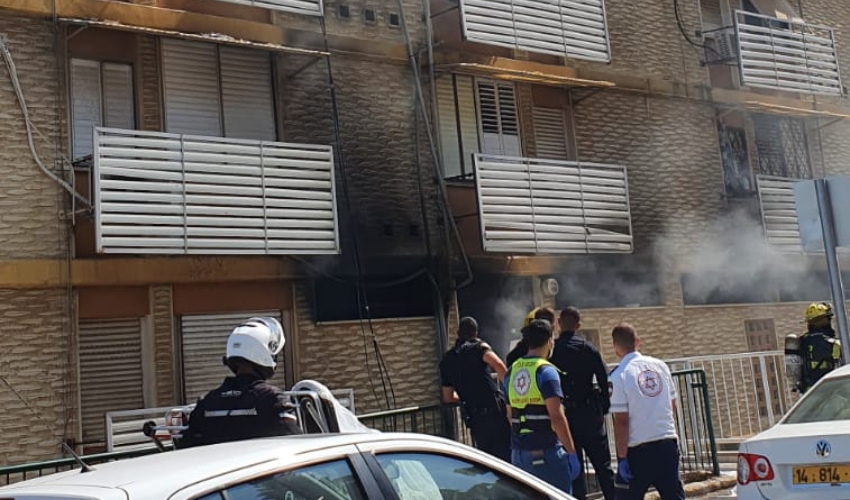 שריפה בבניין מגורים ברחוב ערד בחיפה (צילום: דוברות המשטרה)