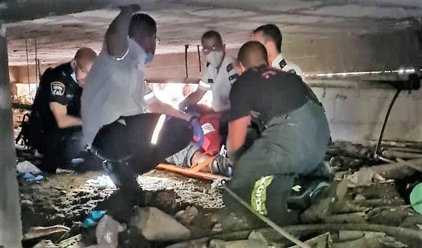 חילוץ הפועל ממבנה המגורים (צילום: דוברות כבאות והצלה)