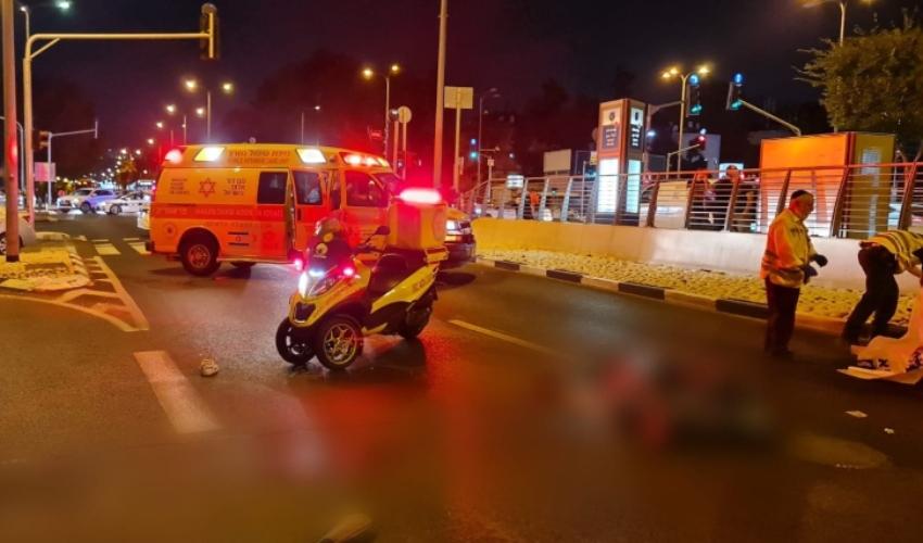 """הולך רגל נהרג מפגיעת משאית סמוך לצומת הצריף (צילום: תיעוד מבצעי מד""""א)"""
