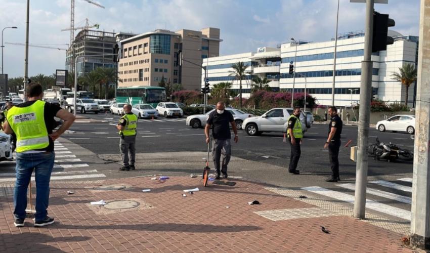"""תאונה בין רכב פרטי לרוכב אופנוע והולכת רגל בצומת מת""""מ בחיפה (צילום: דוברות המשטרה)"""