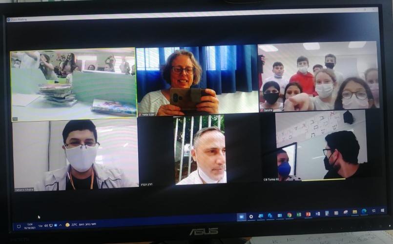 תלמידי טשרניחובסקי לומדים אנגלית עם תלמידים מברזיל (צילום: בית הספר טשרניחובסקי)